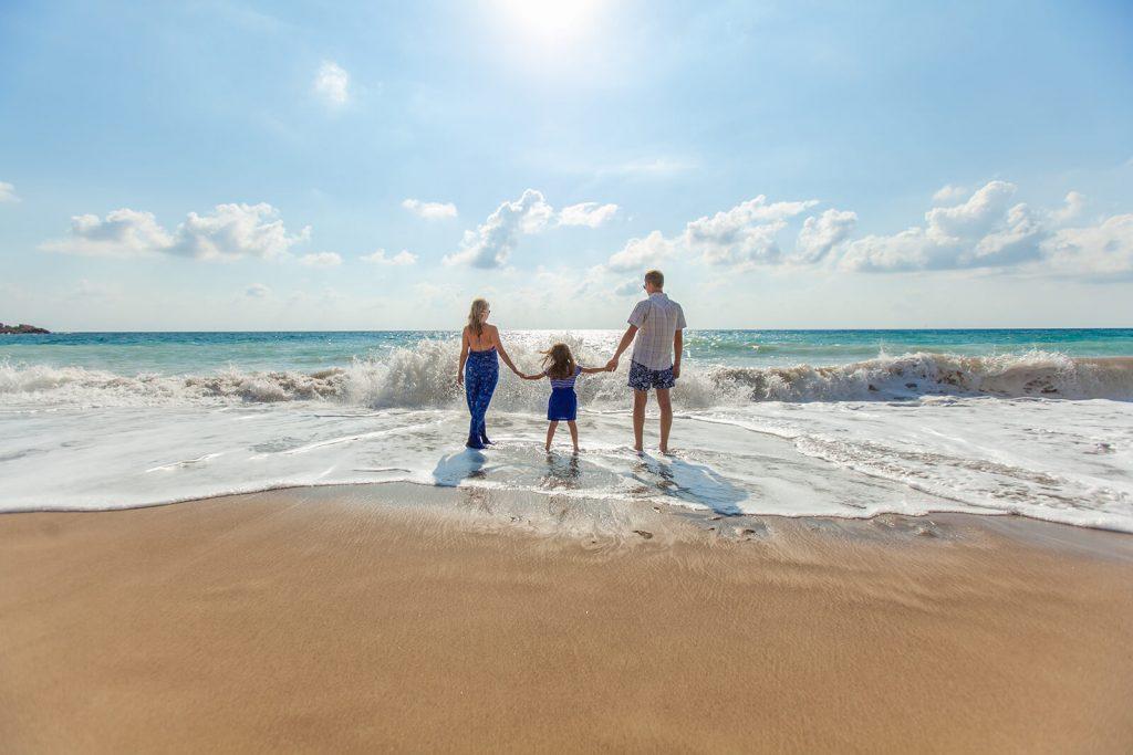 Famiglia in riva al mare