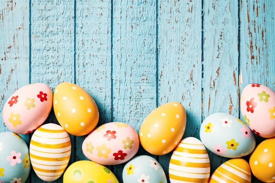 Uova di Pasqua su sfondo di legno