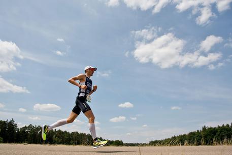 atleta che corre durante la competizione ironman italy