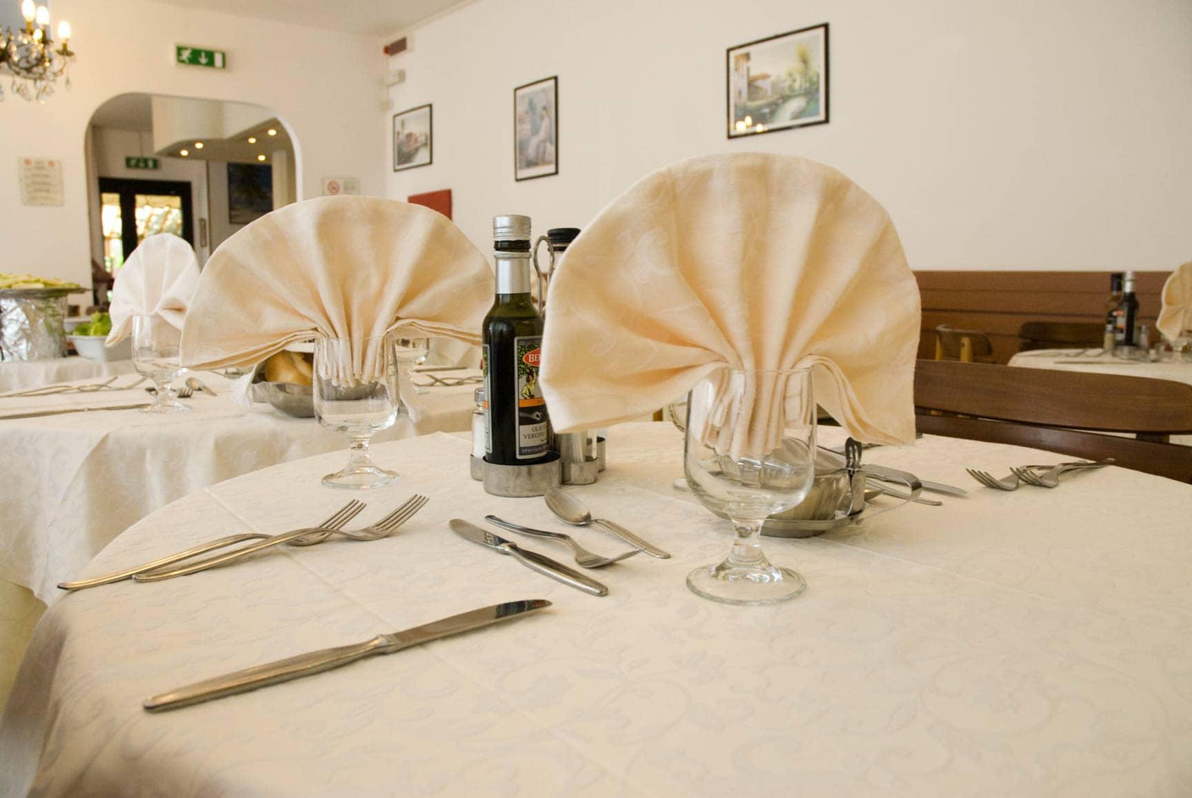 Vista ravvicinata tavolo apparecchiato Hotel Carezza a Cervia
