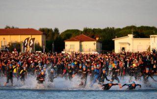 Partenza gara di nuoto ironman dalla spiaggia di cervia