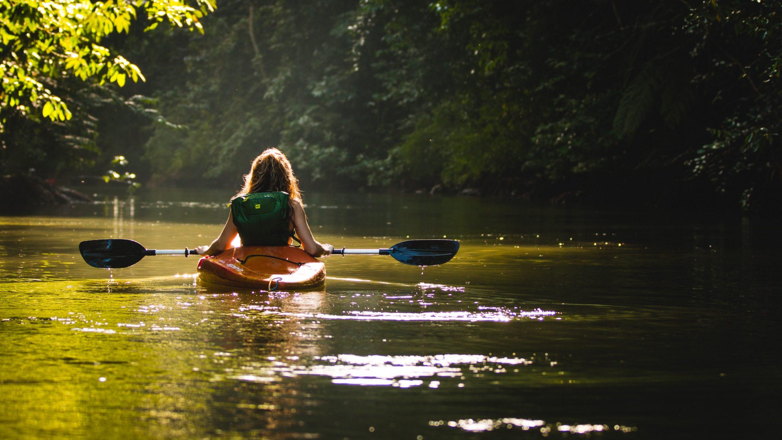 Ragazza che va in canoa sul canale di cervia